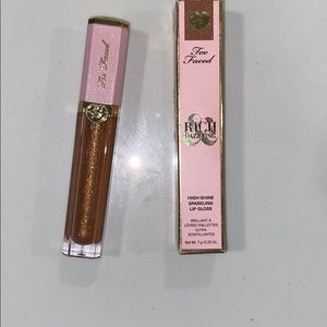 Too Faced rich&dazzling lipgloss in pretty penny